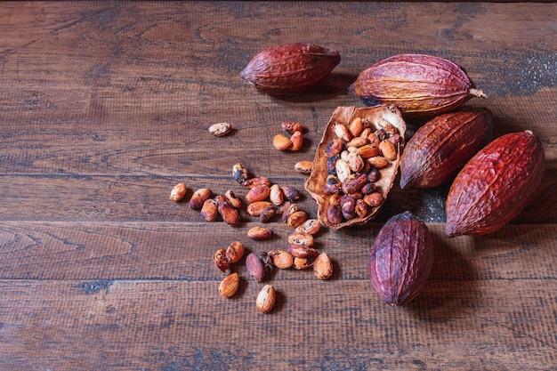 Fruits de cacao séchés et fèves de cacao séchées sur fond de bois ancien