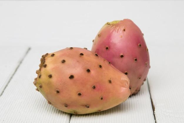 Fruits de cactus opuntia ficus-indica sur fond blanc