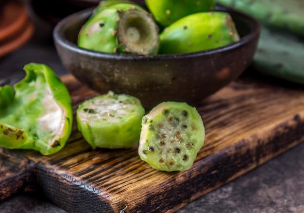 Fruits de cactus de thon sur une planche de bois