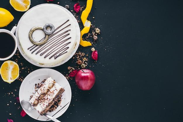 Fruits et café près de gâteau