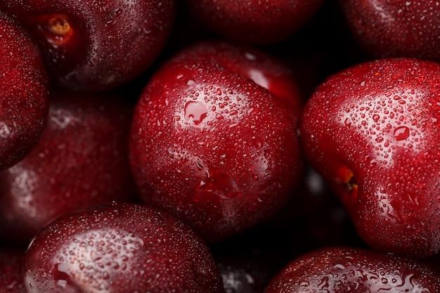 Les fruits des cerises agrandi avec des gouttes de rosée