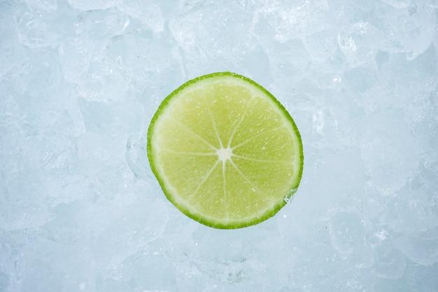 Fruits de citron vert juteux, gros plan tranche de citron vert sur fond de glace