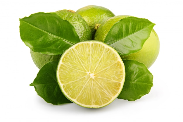 Fruits de citron vert mûrs avec des feuilles vertes isolées
