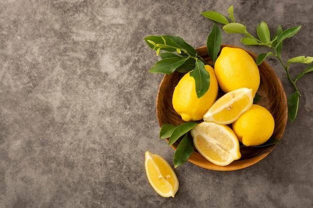 Fruits de citrons aux feuilles vertes, copiez l'espace.