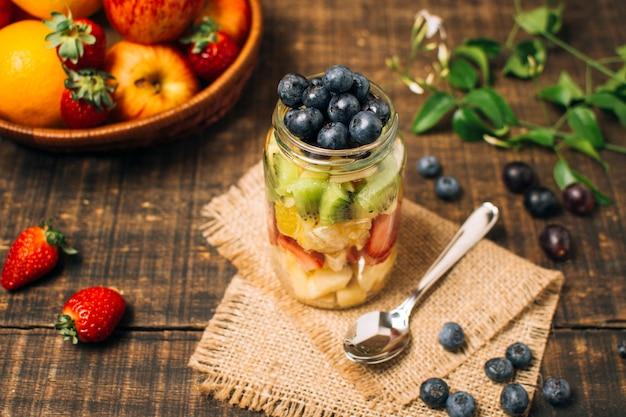Fruits colorés à angle élevé dans un bocal