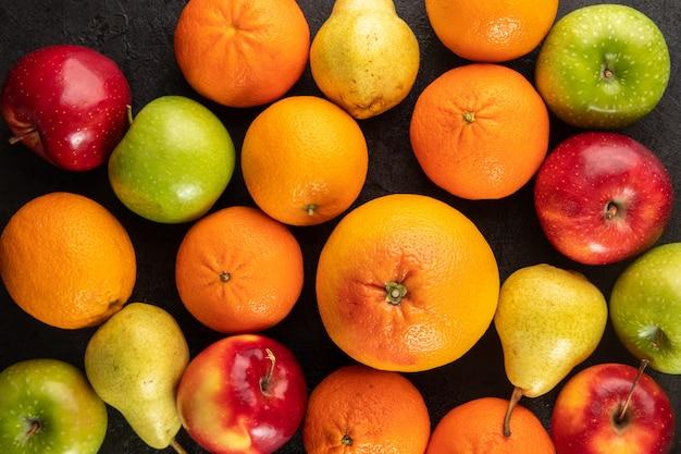 Fruits colorés différents riches en vitamines savoureux moelleux mûrs juteux sur un sol gris