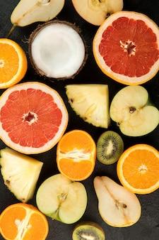 Fruits colorés frais mûrs moelleux juteux belle isolé sur un bureau gris