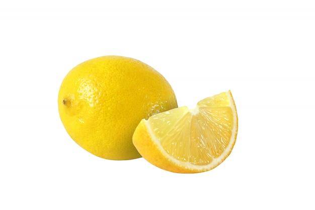 Fruits coupés et citron entier isolés sur fond blanc avec un tracé de détourage