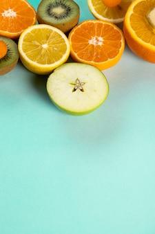 Fruits coupés en deux sur une table bleue