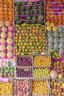 Fruits crus dans le marché de rue en egypte