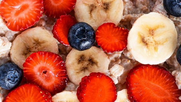 Fruits dans une assiette isolée sur blanc. fraise, myrtille et banane isolés sur blanc.