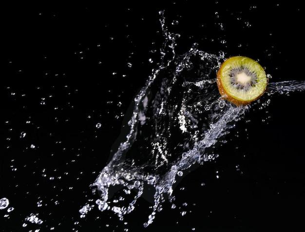 Fruits dans l'eau kiwi fraise citron