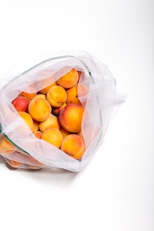 Fruits dans des sacs écologiques