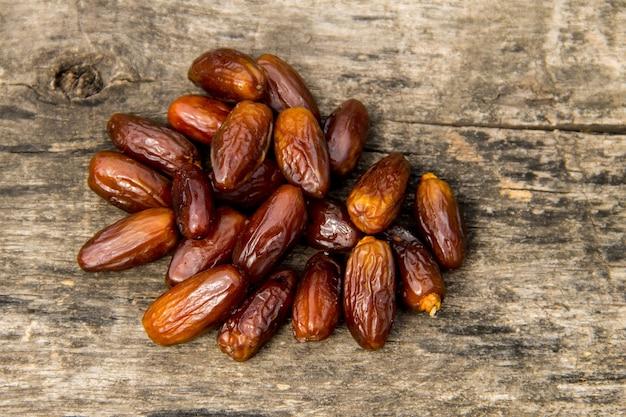 Fruits de datte séchés sur fond en bois. vue de dessus