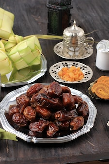 Fruits de dattes séchées avec ketupat, thé turc et miel pour ied mubarak et ramadan kareem snack