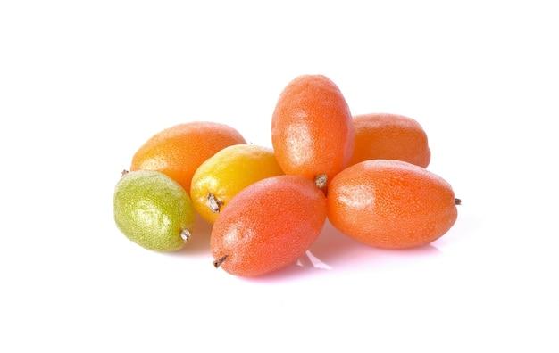 Fruits elaeagnaceae sur surface blanche