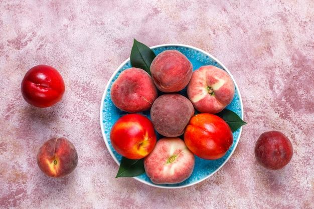 Fruits d'été: pêches aux figues, nectarine et pêches, vue de dessus