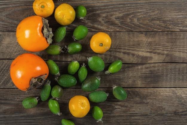 Fruits exotiques assortis sur la vieille table en bois