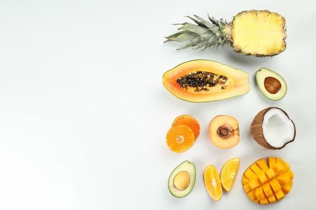 Fruits exotiques sur fond blanc, espace pour le texte.