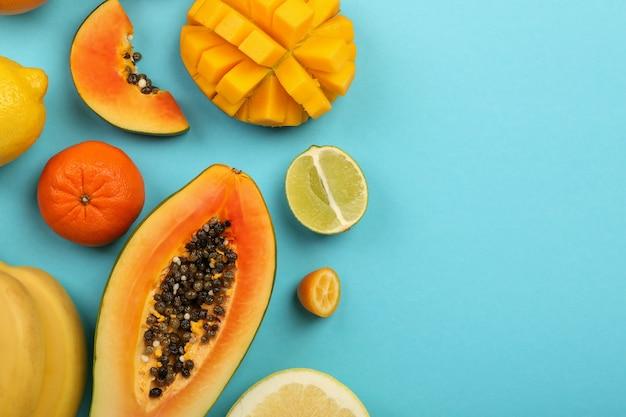Fruits exotiques sur fond bleu, espace pour le texte.