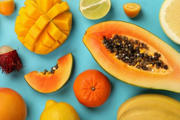Fruits exotiques sur fond bleu, vue de dessus.