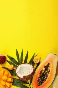 Fruits exotiques sur fond jaune, espace pour le texte.