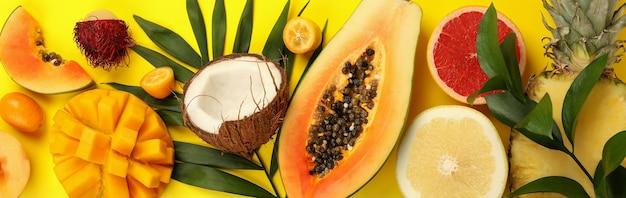 Fruits exotiques sur fond jaune, vue de dessus.