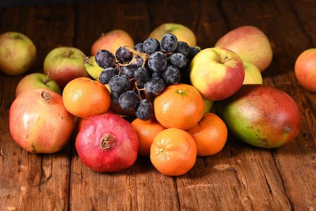 Fruits exotiques frais mélangés sur la table en bois.
