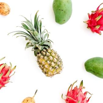 Fruits exotiques: mangue, ananas, fruit de la passion et fruit du dragon