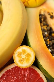 Fruits exotiques partout en arrière-plan, gros plan.
