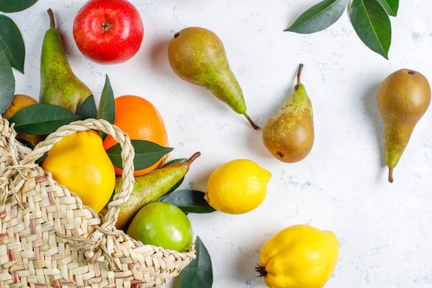 Fruits de ferme biologiques frais, poires, coings, vue du dessus