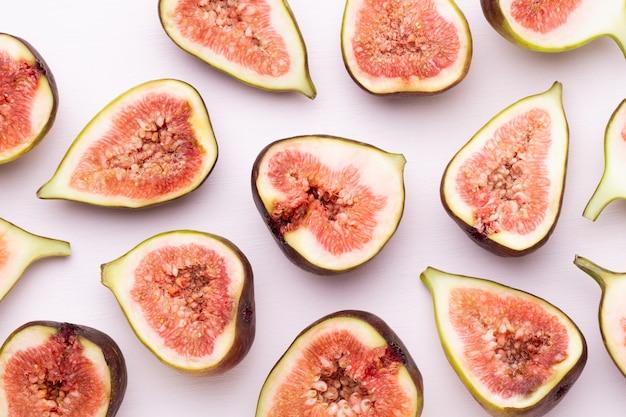Fruits de figue isolés sur fond blanc. vue de dessus. modèle plat