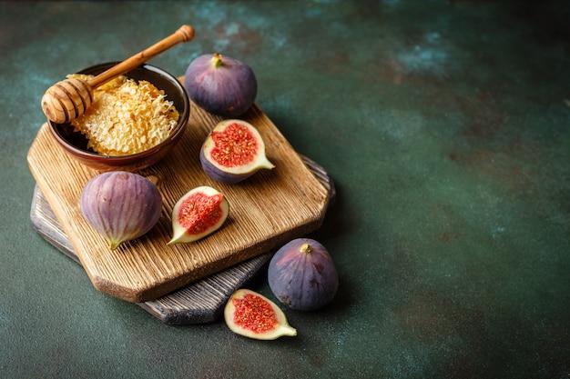 Fruits de figues juteuses sur fond sombre