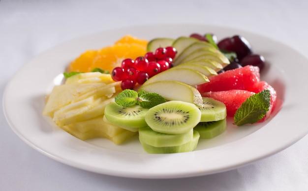 Fruits frais et baies sur la table du banquet