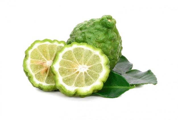 Fruits frais de bergamote avec feuille isolé sur blanc