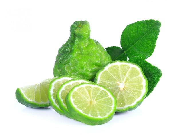 Fruits frais de bergamote avec feuille isolé sur fond blanc