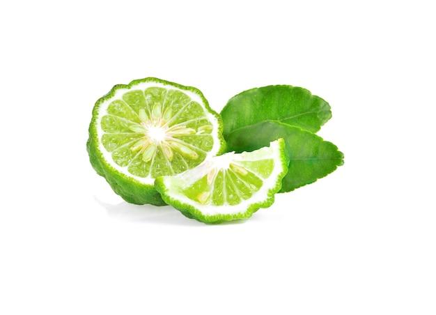 Fruits frais de bergamote avec feuille isolée