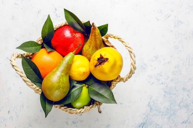 Fruits frais biologiques de la ferme, poires, coings