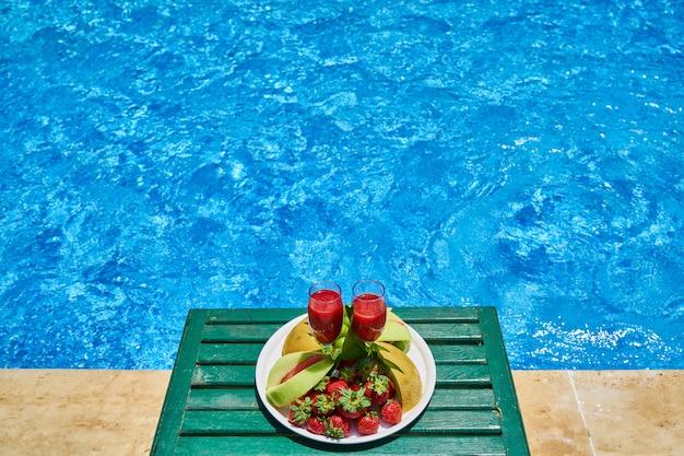 Fruits frais délicieux et piscine