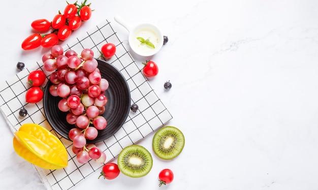 Fruits frais en été sur une table blanche