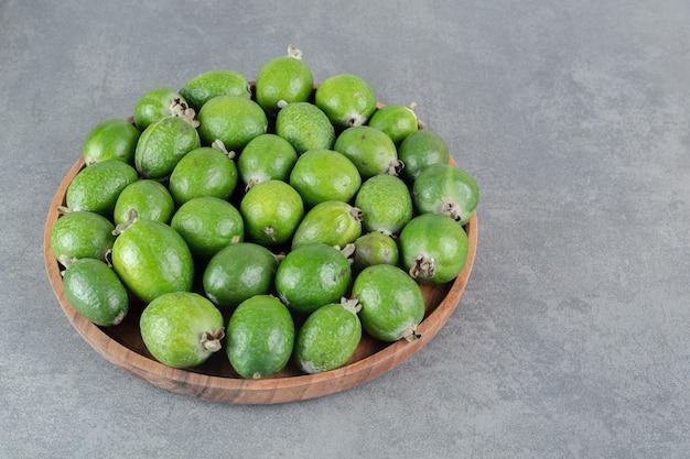Fruits frais de feijoa sur plaque de bois. photo de haute qualité