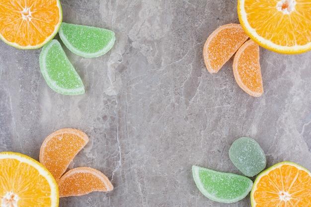 Fruits frais avec des marmelades sucrées sur fond de marbre.