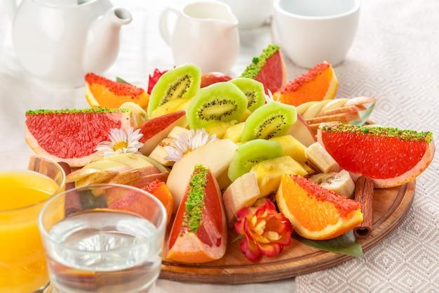Fruits frais en plaque sur une table en bois