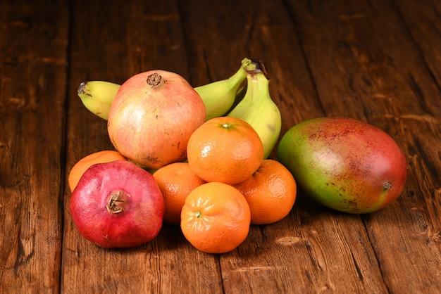 Fruits frais sur la table en bois.
