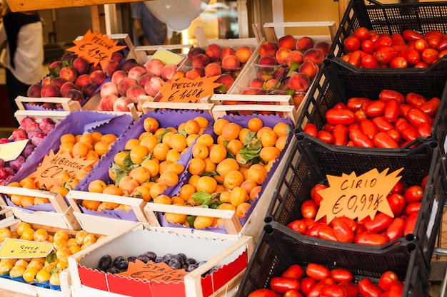 Fruits frais et tomates au marché