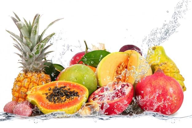 Fruits frais tombant dans l'eau