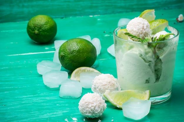 Fruits glace dans un bol