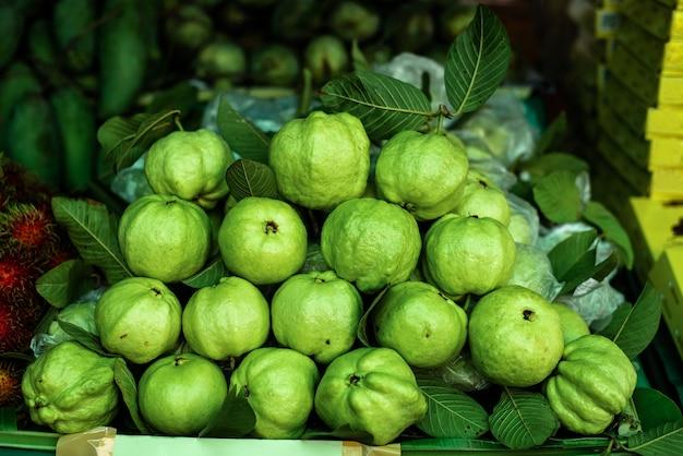 Les fruits de goyave sont vendus sur le marché