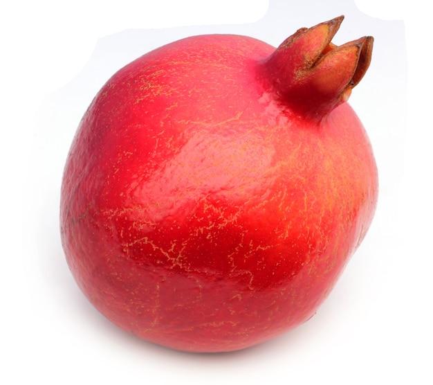 Fruits de grenade sur fond blanc