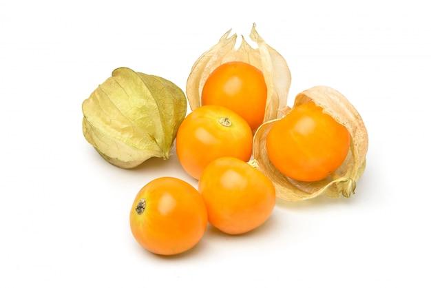 Fruits de groseille du cap isolés sur blanc.